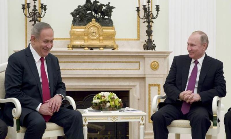 رئيس الوزراء الإسرائيلي بنيامين نتنياهو (يسار) والرئيس الروسي فلاديمير بوتين في موسكو - 9 آذار 2017 (رويترز)