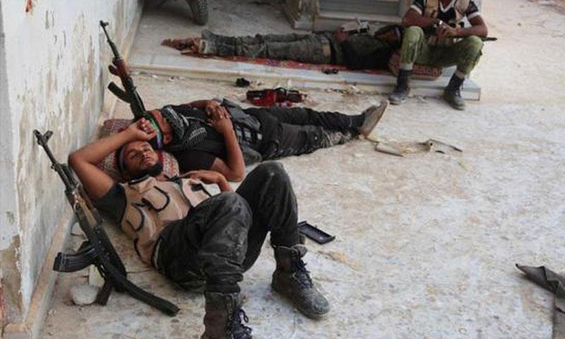 عناصر من جيش الإسلام يأخذون قسطًا من الراحة على جبهات الغوطة الشرقية كانون الأول 2016 - (AFP)