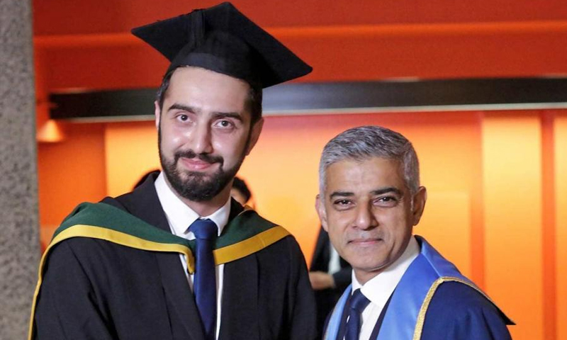 عمدة لندن صادق خان إلى جانب الطبيب السوري تيريج بريمو - (صحيفة آي البريطانية)