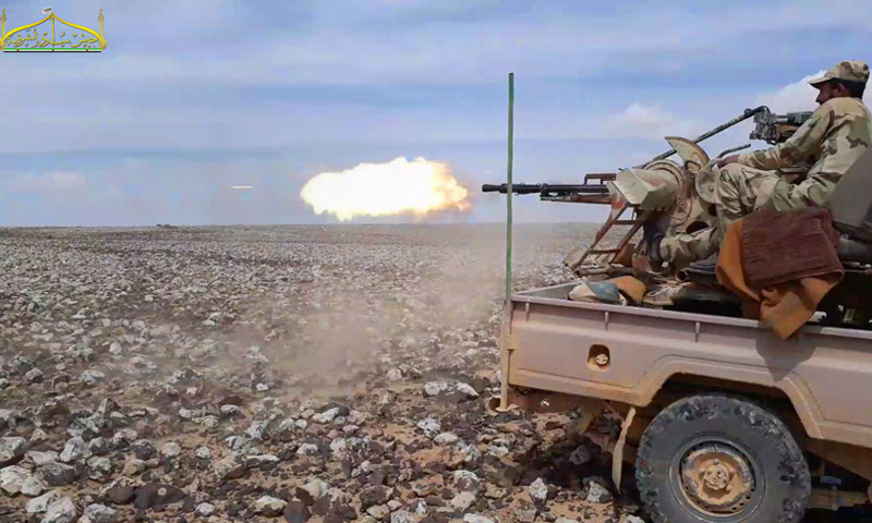 """مقاتل من """"جيش أسود الشرقية"""" في البادية السورية (تويتر)"""