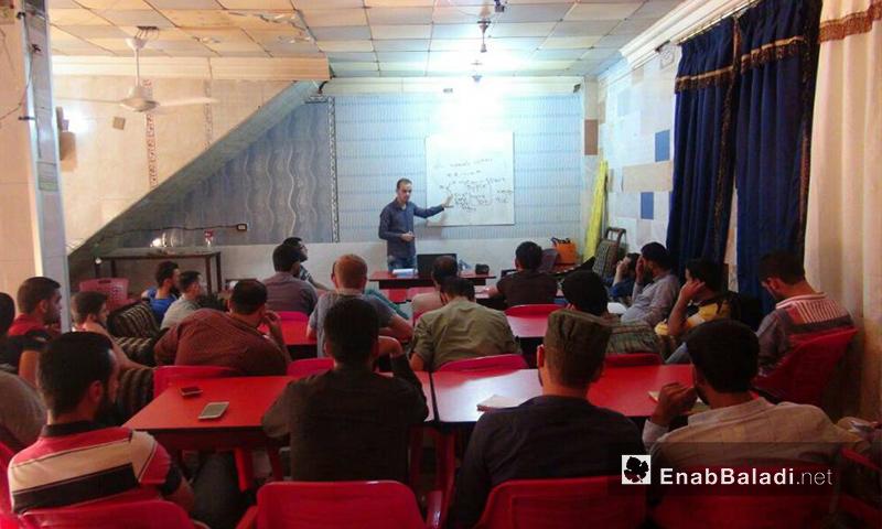 من دورة اللغة الإنكليزية التي ينظمها تجمع كفاءات قلعة المضيق في ريف حماة الغربي - آب 2017 (عنب بلدي)