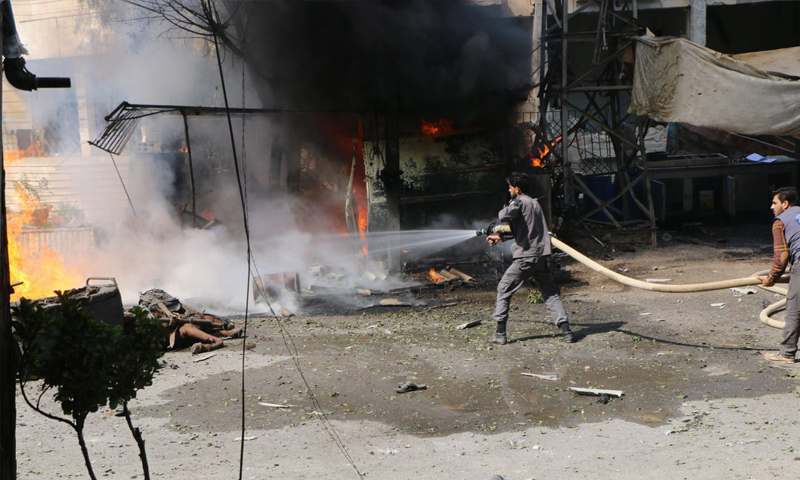 فرق الدفاع المدني تقوم بإخماد الحرائق التي خلفها القصف المدفعي على بلدة كفربطنا في ريف دمشق - 9 آب 2017 - (الدفاع المدني)