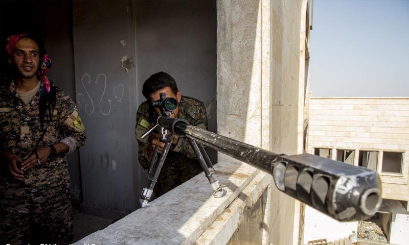 قناص من قوات سوريا الديموقراطية على جبهات مدينة الرقة - 8 أيلول 2017 (غضب الفرات)