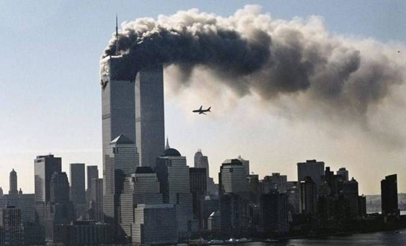 الطائرة الثانية قبيل اسصطدامها بالبرج الثاني - 11 أيلول 2001 (انترنت)