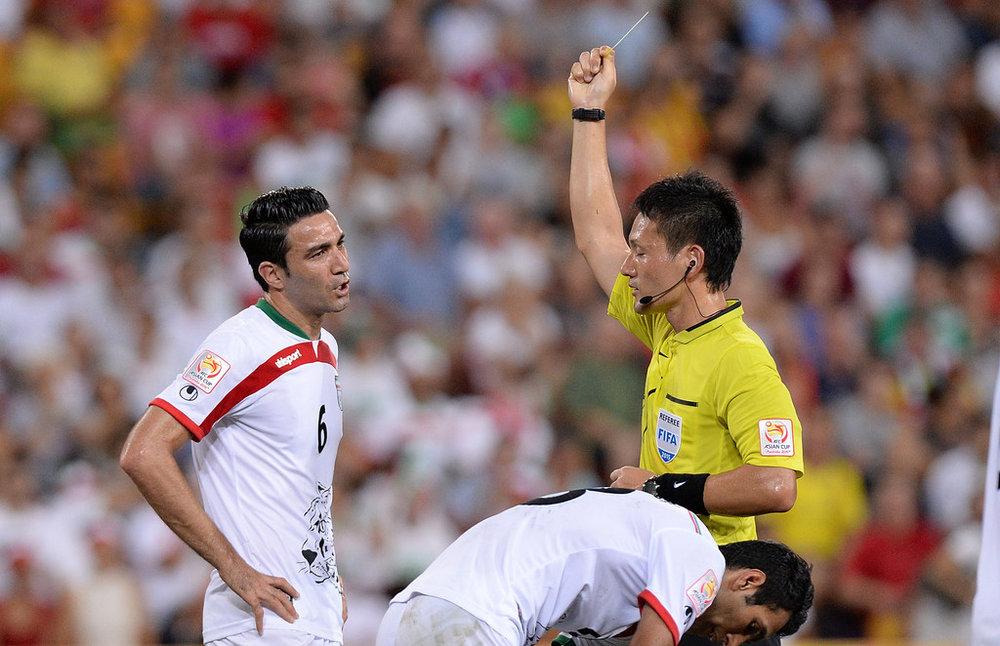 الحكم الياباني ريوجي ساتو خلال قيادته لإحدى مباريات تصفيات كأس العالم الحالية (AFP)