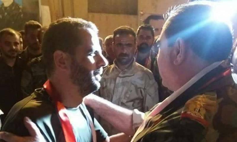 وفيق ناصر رئيس فرع الأمن العسكري في الجنوب مع الطيار علي الحلو - (فيس بوك)