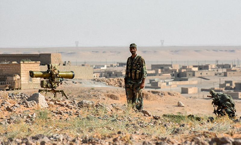 عنصر من قوات الأسد في محيط مدينة دير الزور - (انترنت)