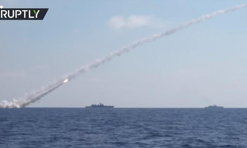 السفن الروسية تقصف مواقع لتنظيم الدولة في ريف حماة الشرقي - 23 حزيران 2017 - (يوتيوب)