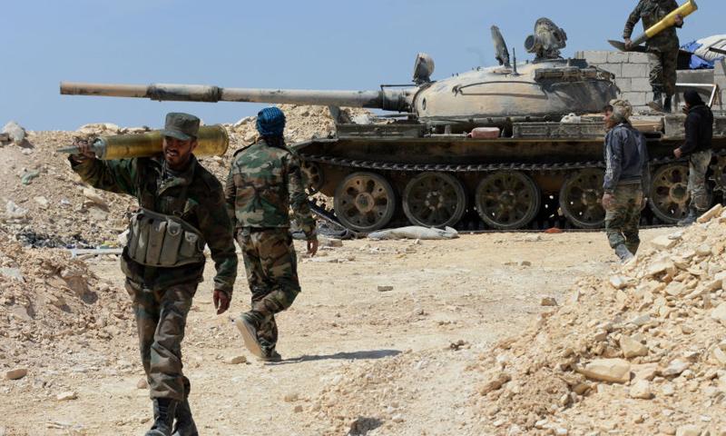 عناصر من قوات الأسد وميليشيا الدفاع الوطني خلال المعارك ضد تنظيم الدولة في البادية السورية - (انترنت)
