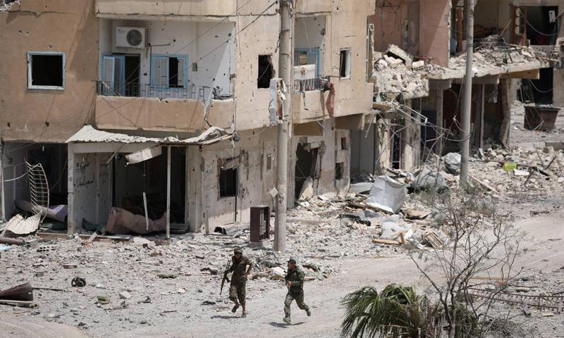 عناصر من قوات سوريا الديموقراطية خلال المعارك الدائرة ضد تنظيم الدولة في الرقة - 5 أيلول 2017 (رويترز)