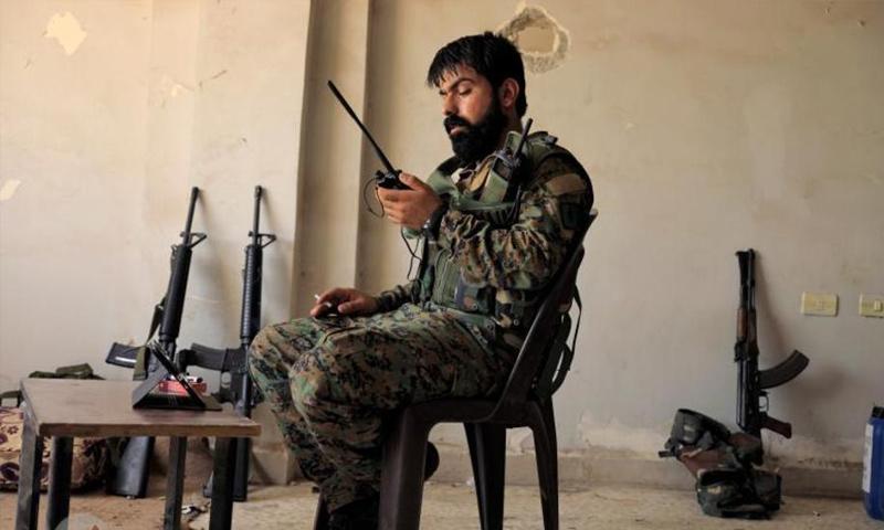 مقاتل من قوات سوريا الديموقراطية في مدينة الرقة - آب 2017 (رويترز)مقاتل من قوات سوريا الديموقراطية في مدينة الرقة - آب 2017 (رويترز)