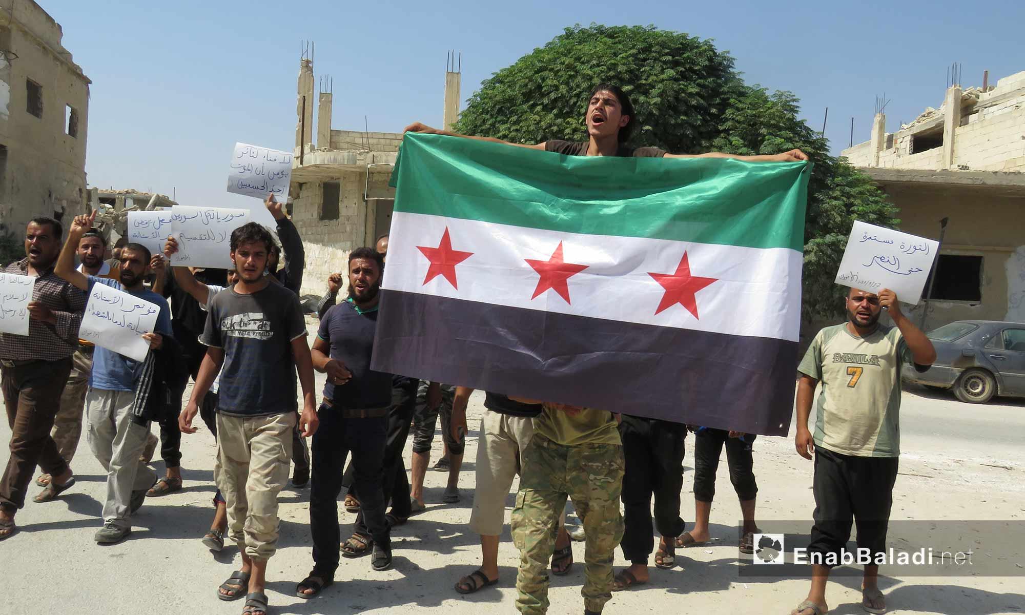أهالي مورك في ريف حماة يتظاهرون رفضًا لقرارات أستانة المطالبة بإسقاط النظام السوري - 17 أيلول 2017 (عنب بلدي)