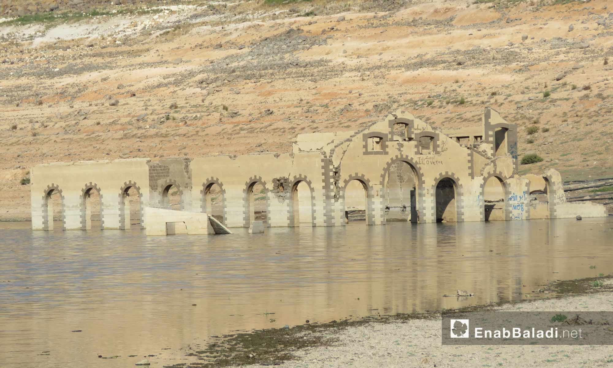 بناء أثري ظهر لدى جفاف منسوب بحيرة سد الرستن في ريف حمص الشمالي - 9 أيلول 2017 (عنب بلدي)