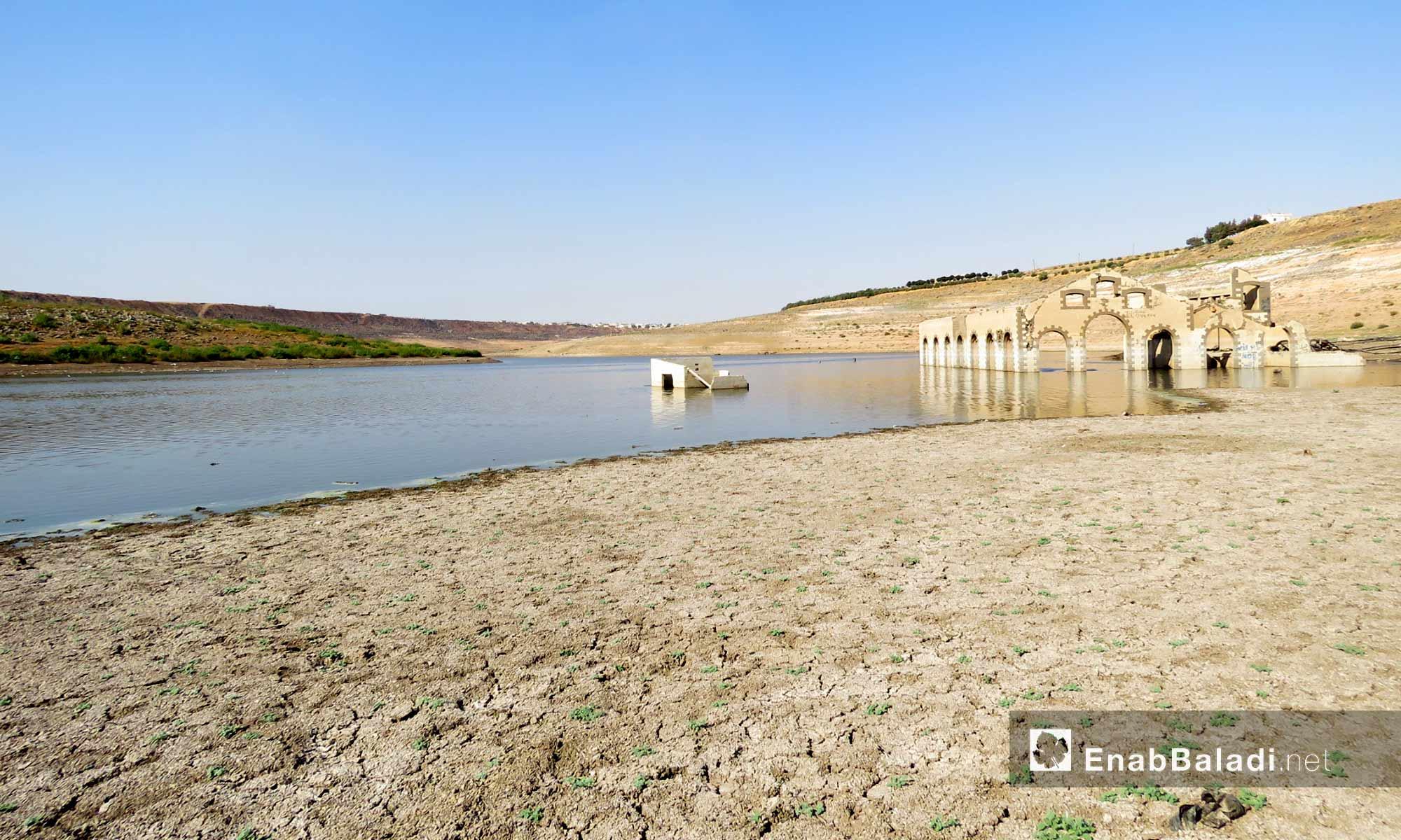 بناء أثري ظهر لدى جفاف منسوف بحيرة سد الرستن في ريف حمص الشمالي - 9 أيلول 2017 (عنب بلدي)