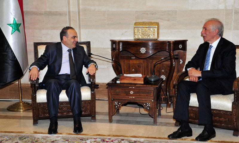 رئيس حكومة النظام السوري، عماد خميس، يستقبل وزير الزراعة اللبناني، غازي زعيتر، خلال معرض دمشق الدولي (سانا)