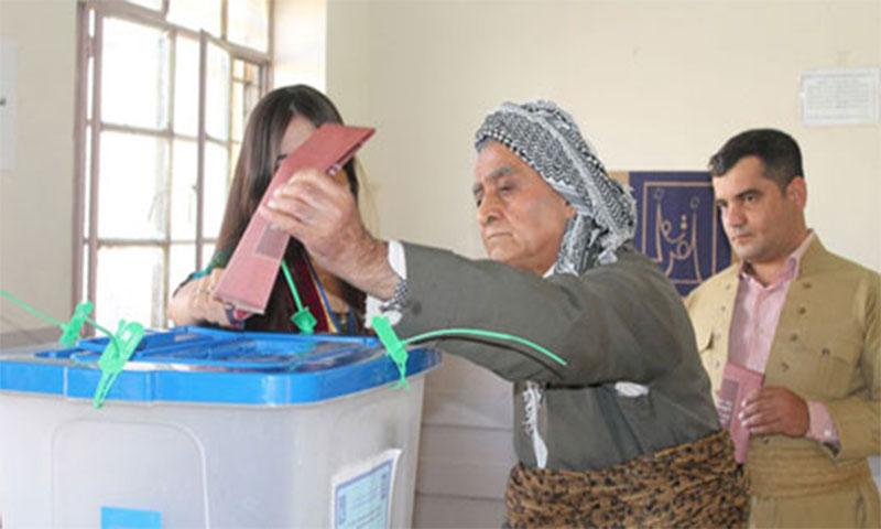 ناخب يدلي بصوته في إقليم كردستان 2017 (انترنت)