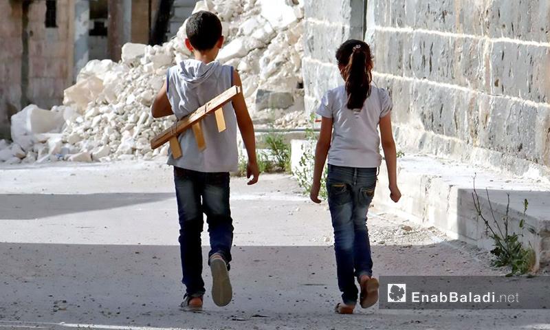 طفلان يتمشيان في درعا – تشرين الأول 2016 (عنب بلدي)