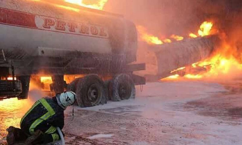 احتراق ناقلة وقود على طريق سراقب بعد قصف من الطيران الروسي - 24 أيلول 2017 (فيس بوك)