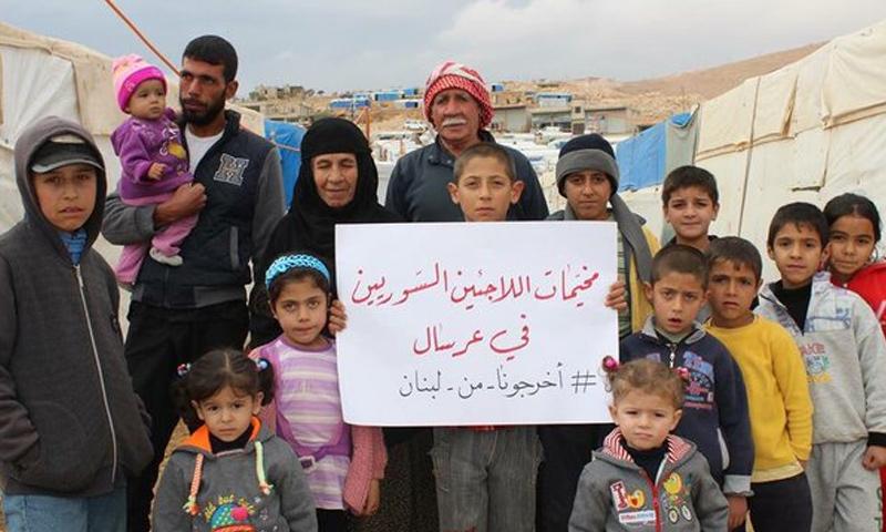 لاجئون سوريون في مخيمات عرسال يطالبون إخراجهم من الأراضي اللبنانية احتجاجًا على ممارسات الأمن اللبناني - كانون الأول 2016 - (انترنت)