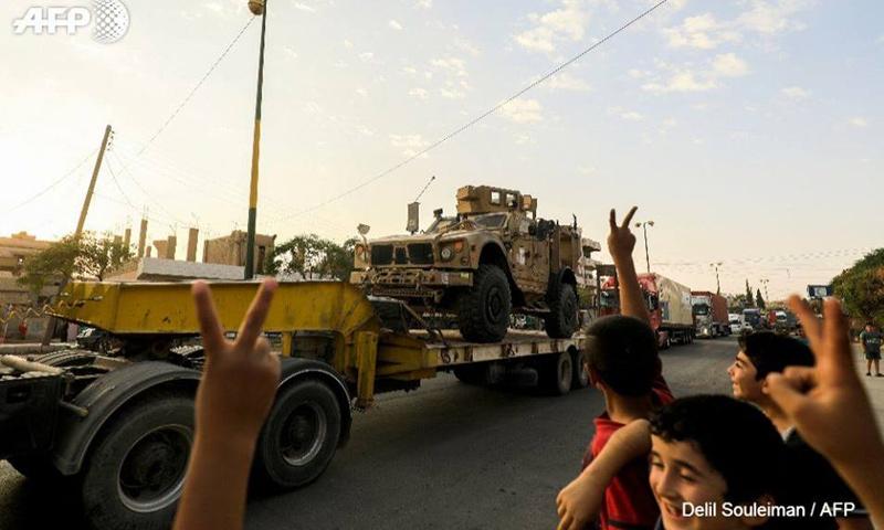أطفال فيالقامشلي يحتفلون بوصول شحنة عسكرية مقدمة من التحالف إلى قوات سوريا الديموقراطية - 19 أيلول 2017 (AFP ديليل سليمان)