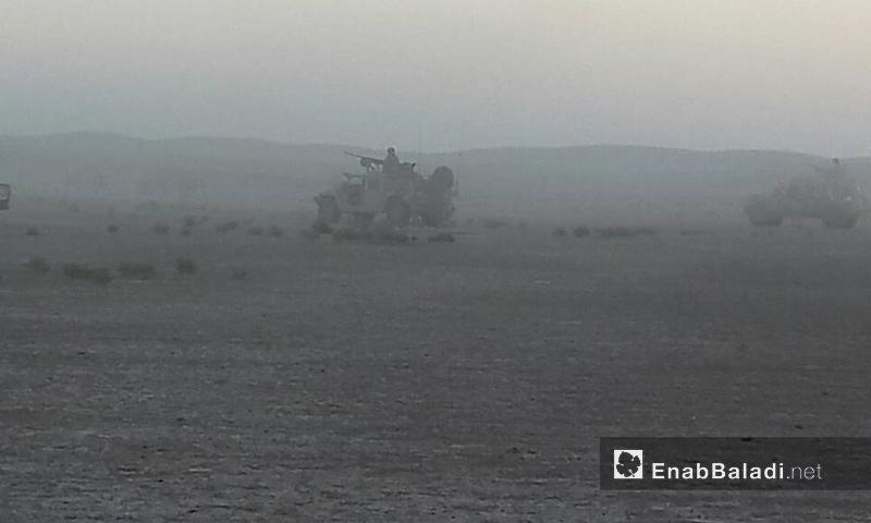 """تعبيرية: مدرعات أمريكية إلى جانب عناصر من """"جيش مغاوير الثورة"""" في منطقة التنف الحدودية - 30 أيار 2017 - (عنب بلدي)"""