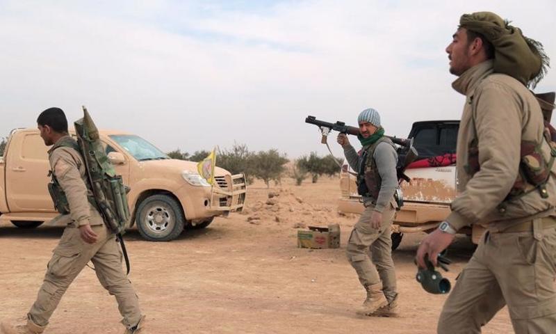 عناصر من قوات سوريا الديموقراطية في محيط مدينة الرقة - (رويترز)