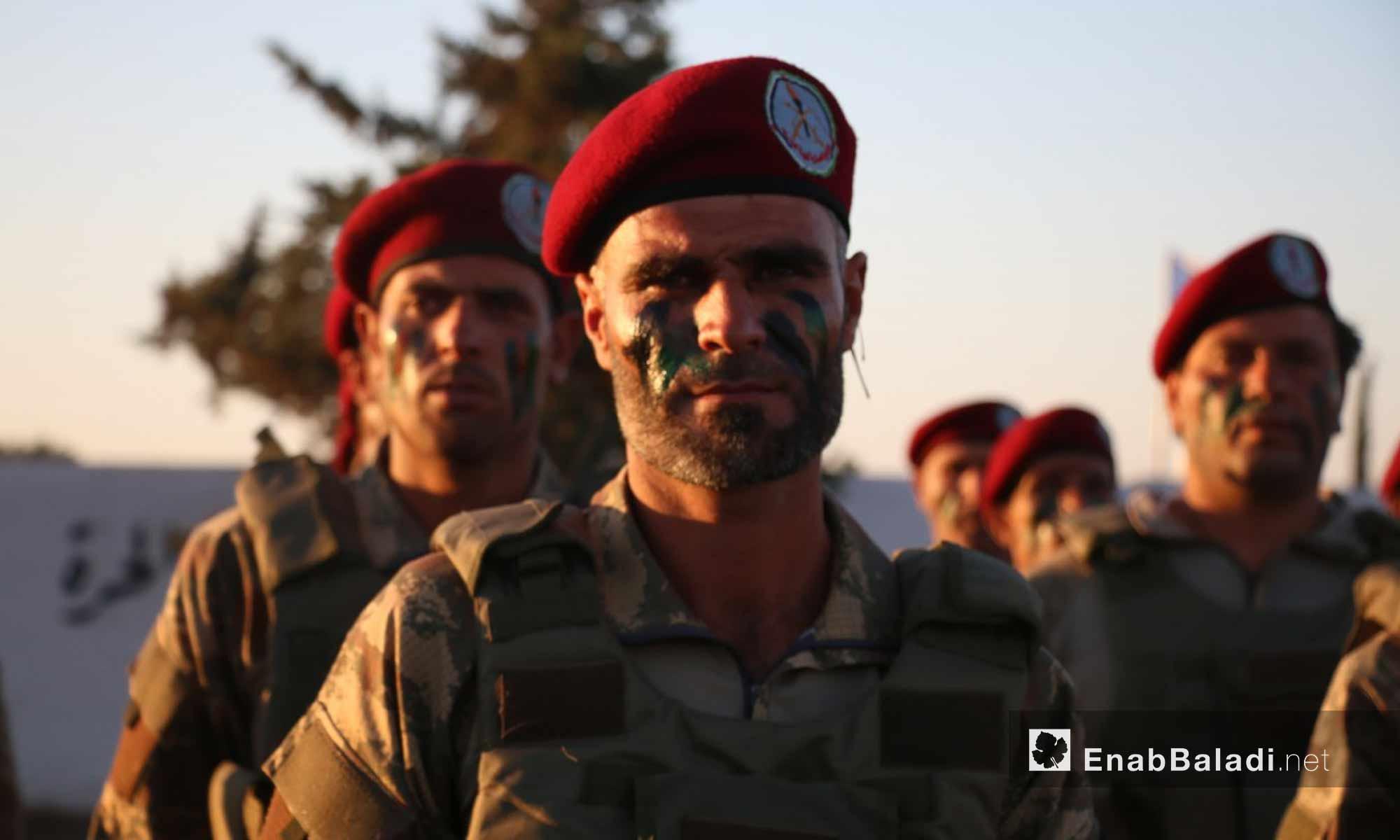 مقاتلون من فرقة الحمزة يؤدون عرضًا عسكريًا في افتتاح أول كلية عسكرية في ريف حلب الشمالي - 23 أيلول 2017 (عنب بلدي)