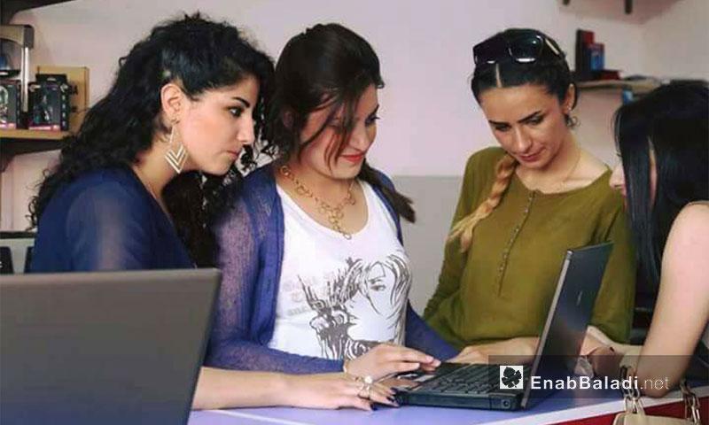 شابات يدرن محلًا لصيانة الكمبيوتر في مدينة الحسكة - 6 أيلول 2017 (منظمة آشنا الشبابية)
