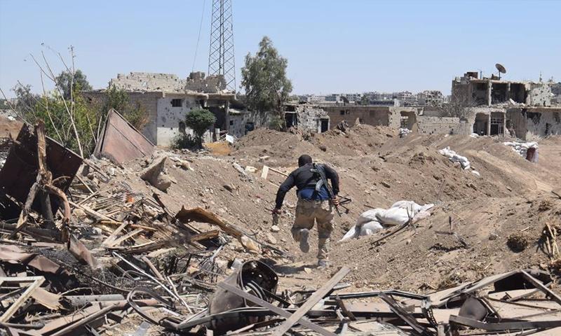 عنصر من قوات الأسدعلى جبهة بلدة عين ترما في الغوطة الشرقية - تموز 2017 (وسام الطير)