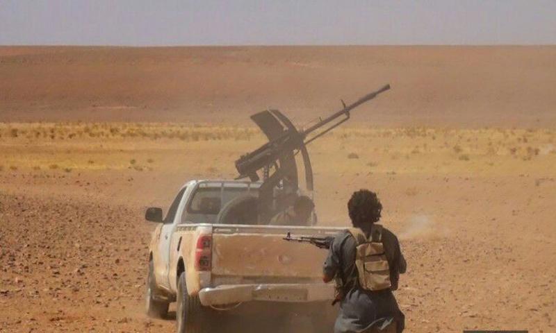مقاتل من تنظيم الدولة الإسلامية خلال المواجهات العسكرية في ريف حماة الشرقي - (اعماق)