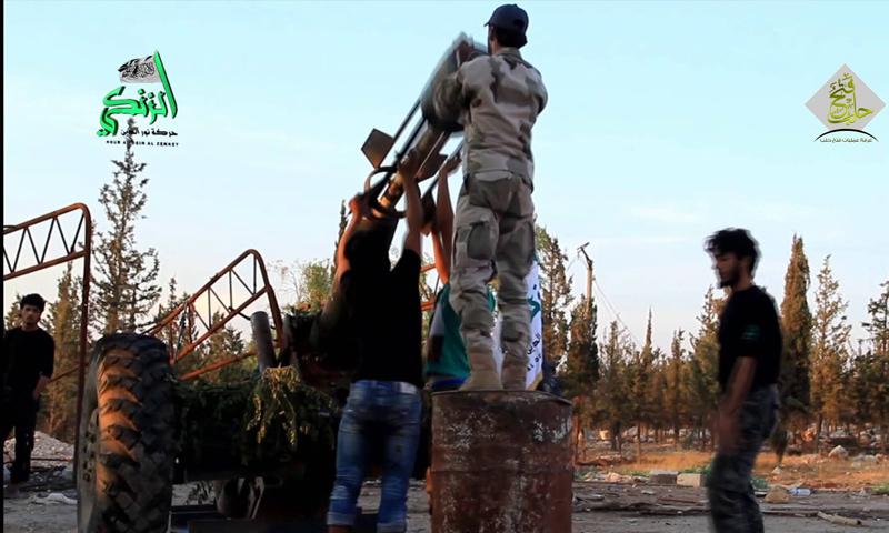عناصر من حركة نور الدين الزنكي يتجهزون لقصف مواقع قوات الأسد في ريف حلب الغربي - (انترنت)