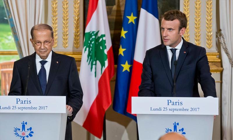 الرئيس الفرنسي إيمانويل ماكرون ونظيره اللبناني ميشال عون في مؤتمر صحفي بباريس - 25 أيلول 2017 (AP)
