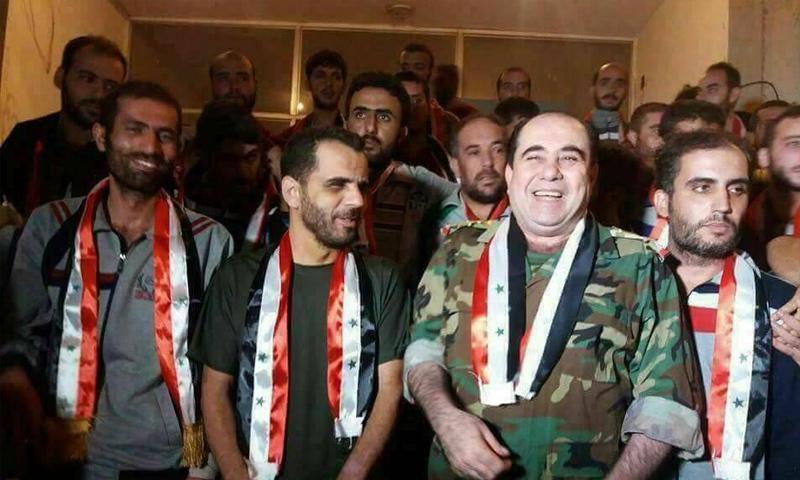 رئيس الأمن العسكري جنوب سوريا مع الطيار علي الحلو بعد الأفراج عنه من قبل فصائل الجيش الحر - 31 آب 2017 (دمشق الآن)