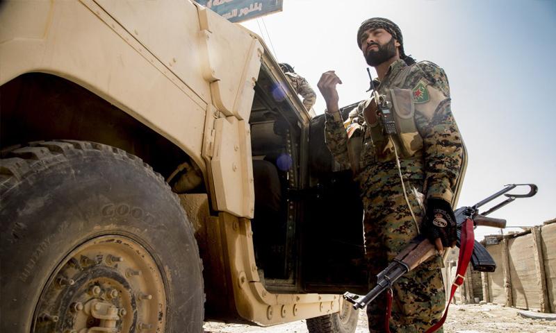 مقاتل من قوات سوريا الديموقراطية في محيط مدينة الرقة - 8 أيلول 2017 (غضب الفرات)