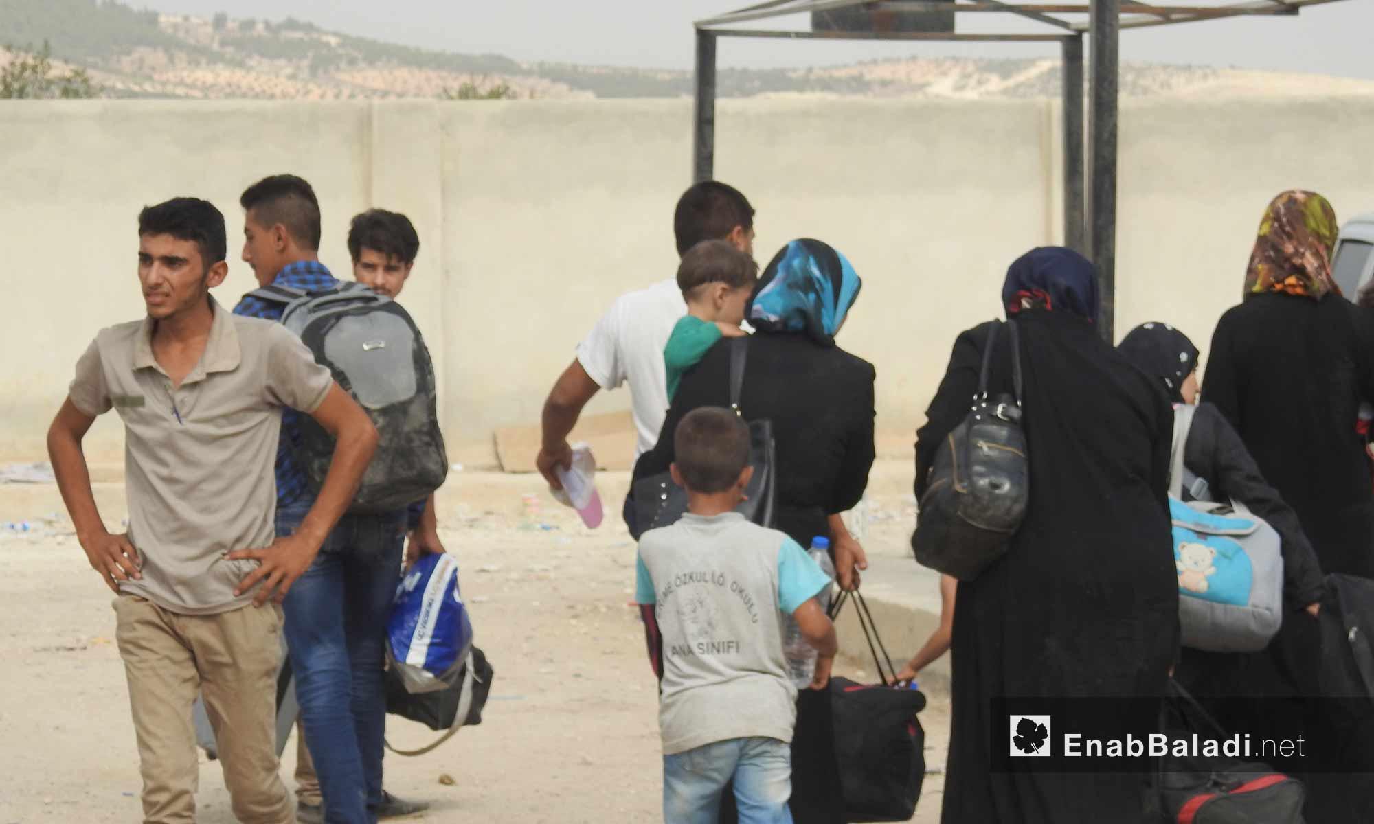 حركة المغادرين السوريين للعودة إلى تركيا بعد انتهاء إجازة العيد عند معبر باب السلامة الحدودي شمال حلب - 16 أيلول 2017 (عنب بلدي)
