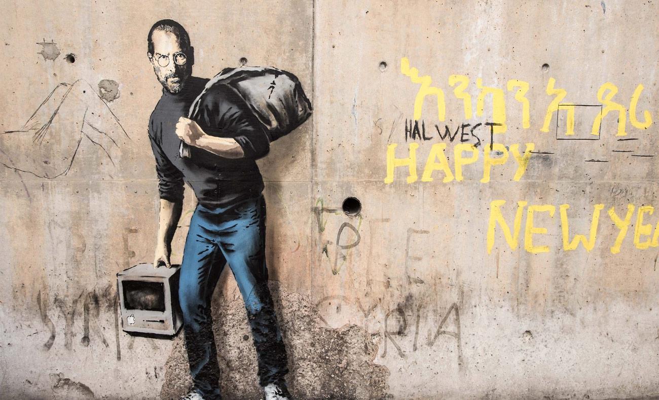 غرافيتي بانكسي في مخيم كاليه في فرنسا دعمًا للاجئين السوريين (انترنت)