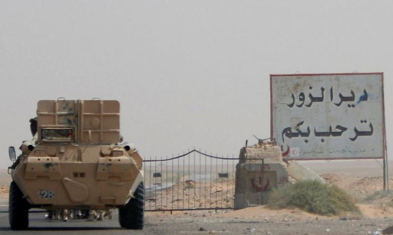 بوابة محافظة دير الزور - 20 أيلول 2017 (Reuters)