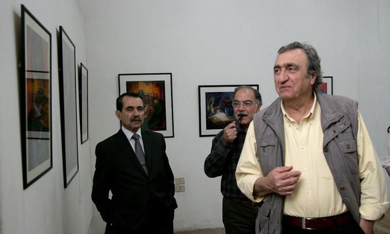 الفنان التشكيلي احسان عنتابي على يمين الصورة (انترنت)