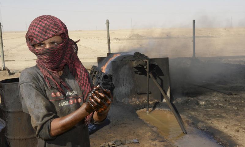 ورشة بدائية لتكرير النفط في دير الزور السورية (wsj.com)