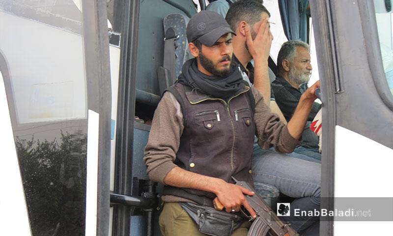 مقاتل من حي الوعر بعد وصول الدفعة الثامنة إلى جرابلس 5 أيار 2017 (عنب بلدي)