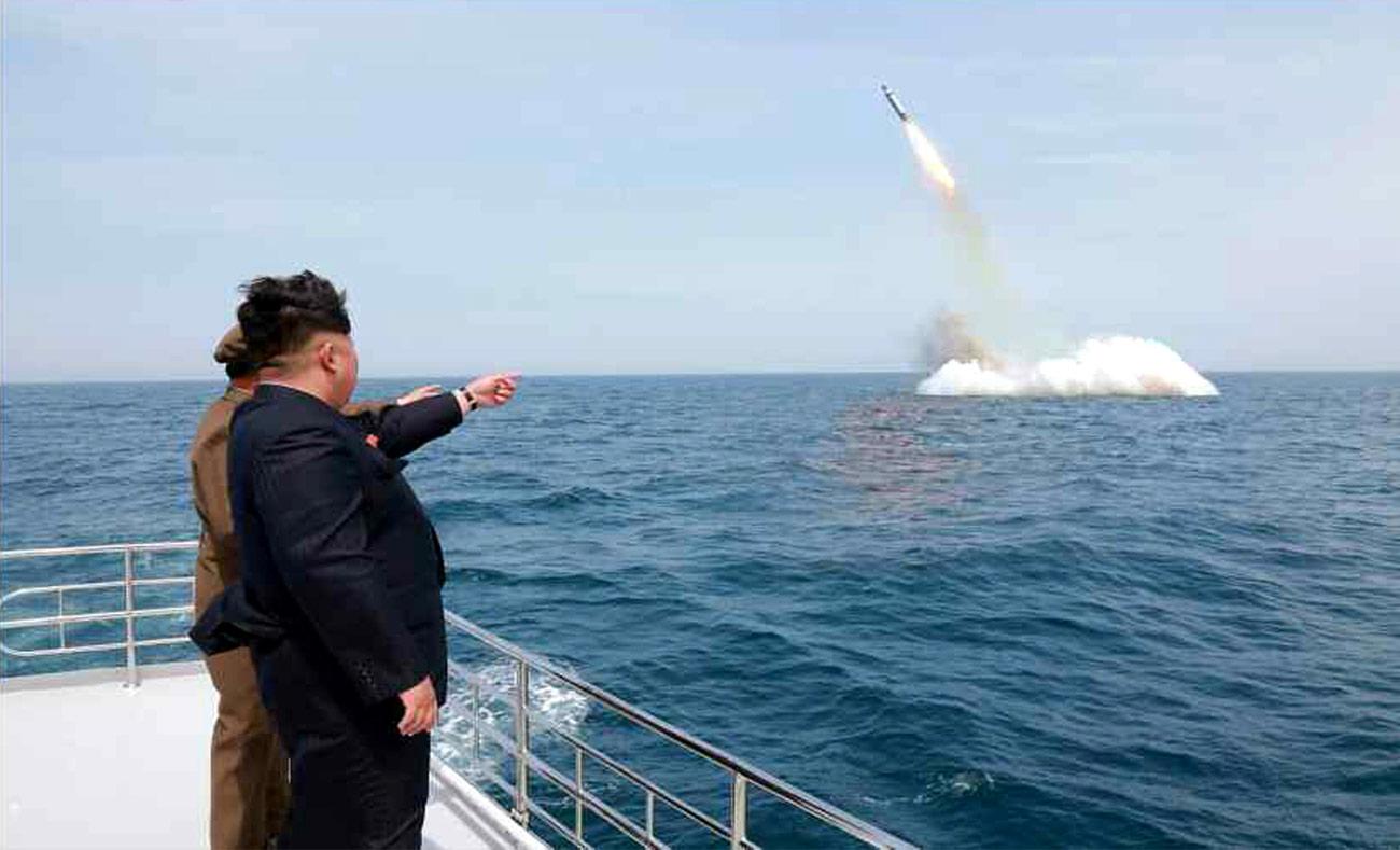 صورة أرشيفية لتجربة صاروخ في كوريا الشمالية بحضور الرئيس كيم جنغ أون (انترنت)