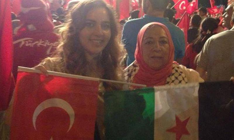 المعارضة السورية عروبة بركات وابنتها الإعلامية حلا (تويتر)