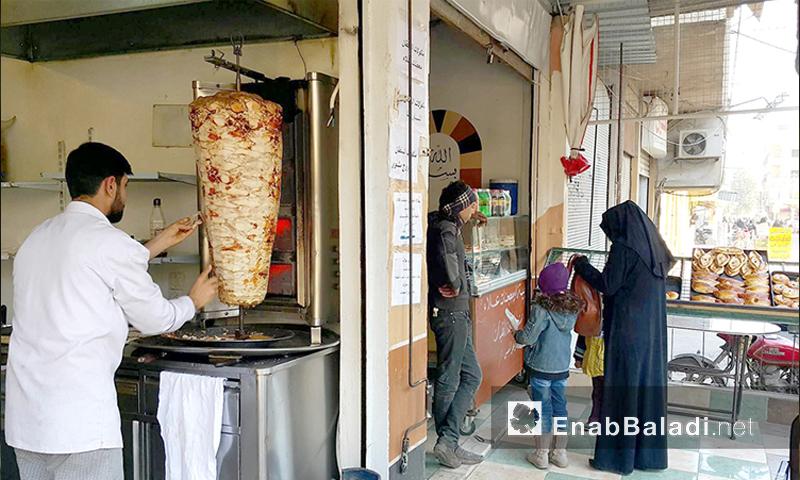 مطعم شاورما وفروج في مسرابا بالغوطة الشرقية الثلاثاء 8 كانون الأول 2015 (عنب بلدي)