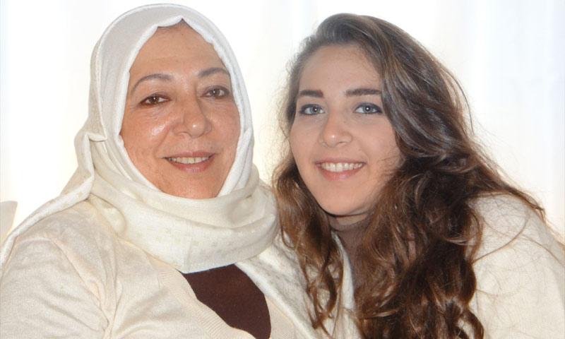 المعارضة السورية عروبة بركات وابنتها حلا (فيس بوك)