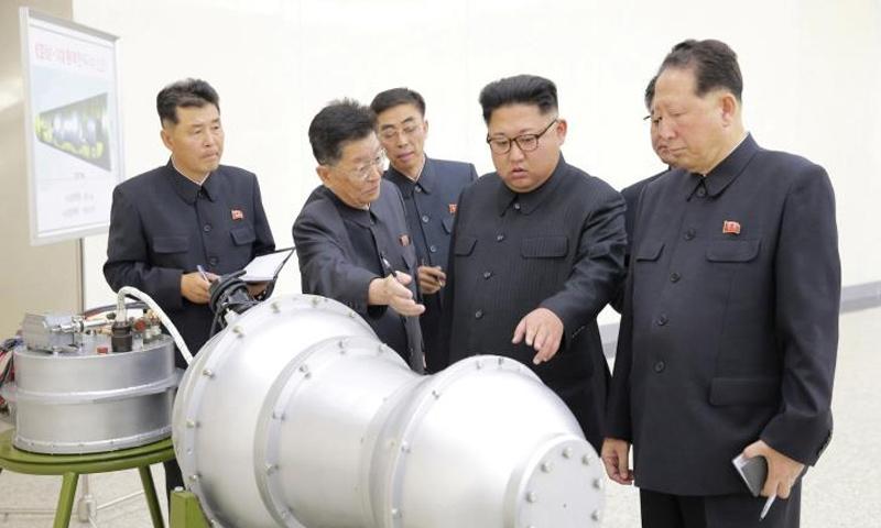 زعيم كوريا الشمالية، جونغ أون، يتفقد مكان تطوير النووي - 2017 (رويترز)