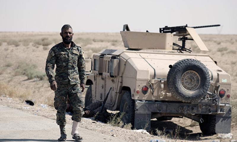 "مقاتل من ""قسد"" شرقي دير الزور - 12 أيلول 2017 (Reuters)"