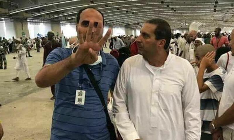 الداعية المصري عمرو خالد (يمين الصورة) خلال تأديته شعائر الحج - 2 أيلول 2017 (تويتر)