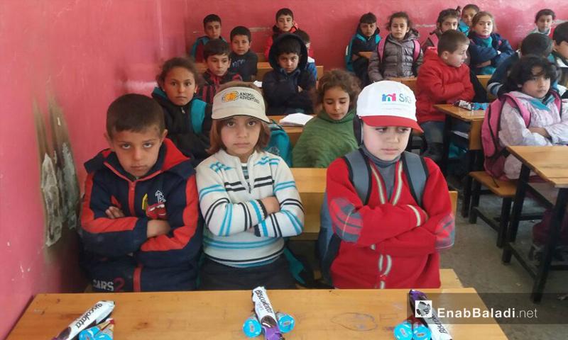 """تعبيرية: تلاميذ في مدرسة """"صادق الهنداوي"""" الابتدائية في جرابلس - 8 آذار 2017 (عنب بلدي)"""