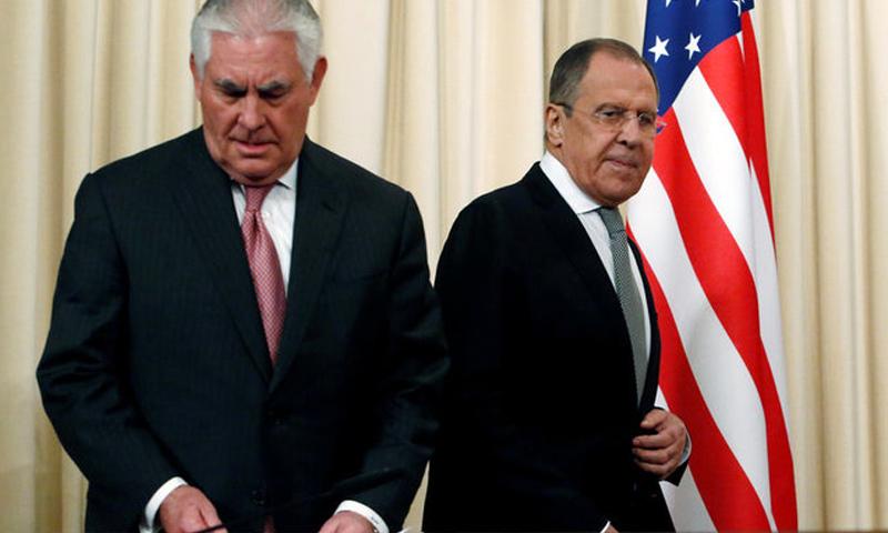 وزيرا الخارجية الأميركي ريكس تيلرسون(يسار الصورة) ونظيره الروسي سيرغي لافروف (وكالات)