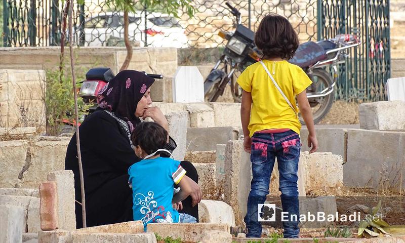 تعبيرية: أهالي درعا يزورون مقابر شهدائهم في أول أيام عيد الأضحى - 12 أيلول 2016 (أرشيف عنب بلدي)